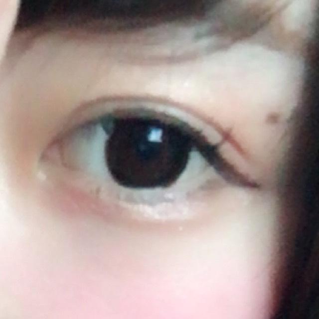 淚袋也薄薄地塗上同樣的眼影,然後再疊上粉紅色系。※塗太厚的話眼睛看起來會腫腫的,要注意^^