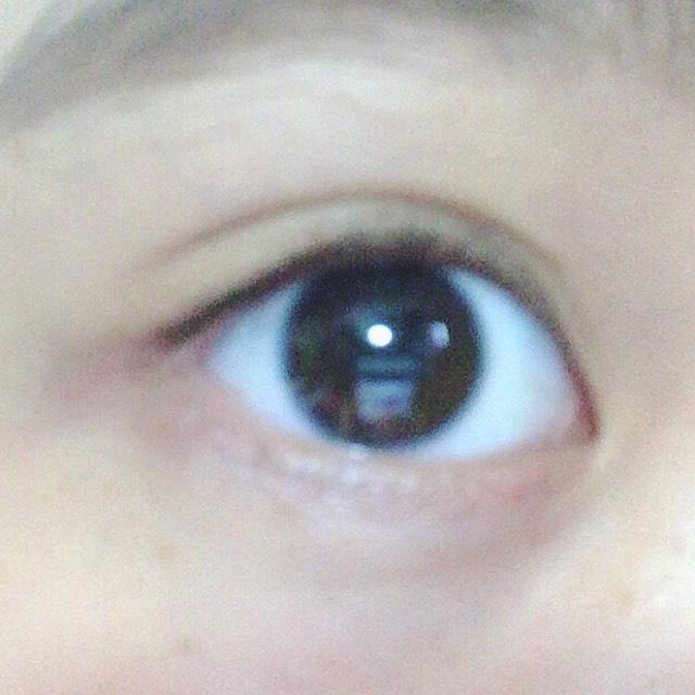 首先先在睫毛毛根處淺淺地畫上眼線。