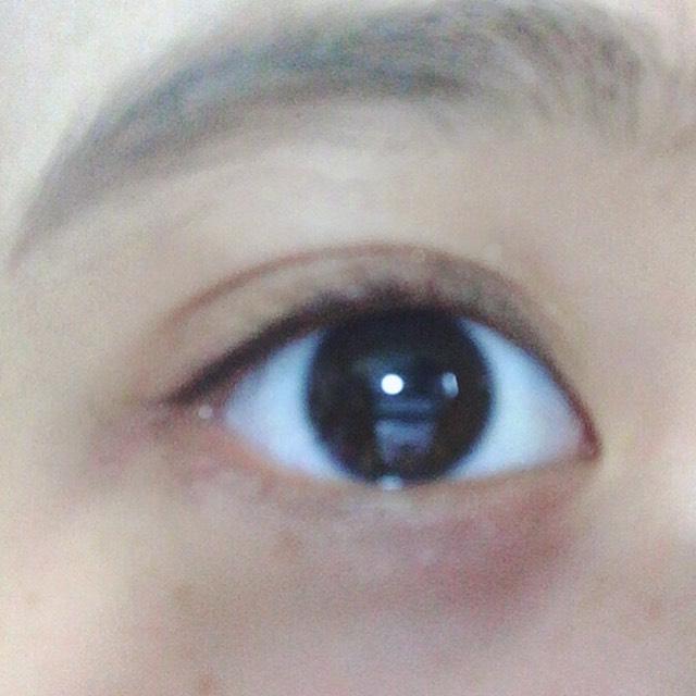 將眼影最深的咖啡色塗在眼瞼上,用手指推勻。