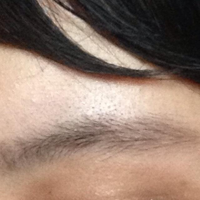 《 眉毛 》   濃い茶色で太眉っぽくなるようになぞる感じで入れます。  ペンシルは使わず、パウダーだけです。