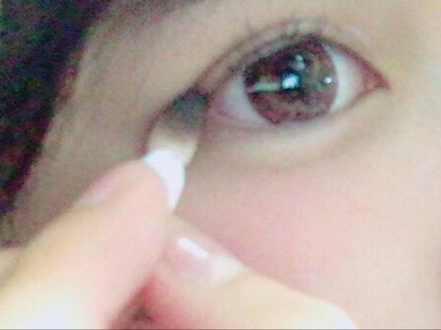 ⑤ アイラインを使わないので目尻に 濃い色でぽんぽんと少しだけ色を載せます