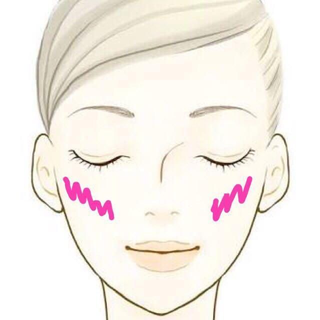 ピンクのチークを筆で うす〜〜〜〜〜く頬骨 にそってのせます!!