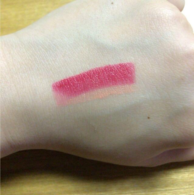 写真のはティッシュで拭き取って薄くしたのでピンクにしか見えませんが本当は結構濃い目の赤です( °Д°) 参考までに載せておきます!