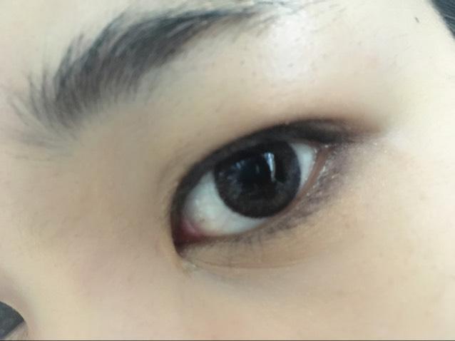 パレット左下を二重幅と下瞼の締め色の上から、右上をブラシでアイホールと涙袋に。