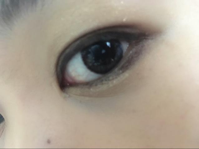 左上のラメは上下の瞼の真ん中にちょんちょんと