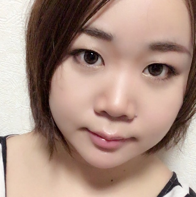 シェーディングは鼻の両脇と顔側面→チークは少し低めに斜め、顎にも少し仕込んで→ハイライトは鼻筋