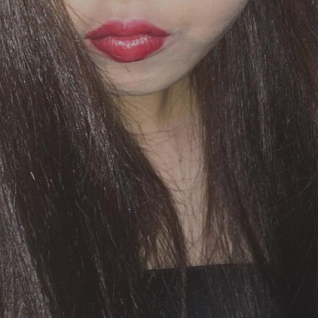 口紅は、リップライナーで輪郭をしっかり書き、赤い口紅を塗る。
