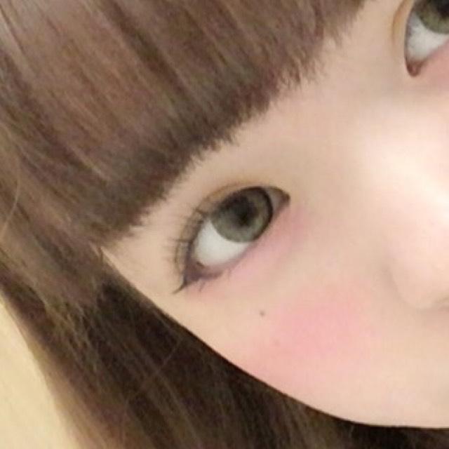 在淚袋上塗上粉紅色的眼影,接著在眼頭處淡淡地塗上白色眼影。