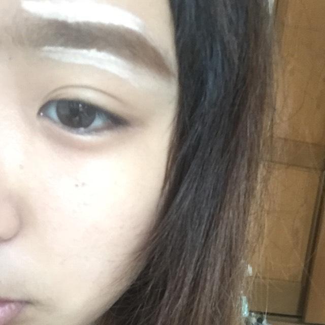 明るめのコンシーラーで、眉毛の周りを明るくします。 これをすることで、眉毛も綺麗になります。