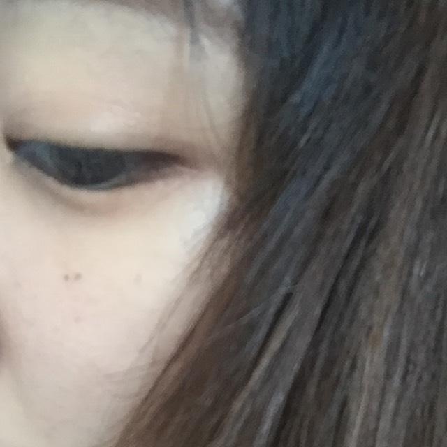 アイライナーを黒目の端から目尻に流すように描きます