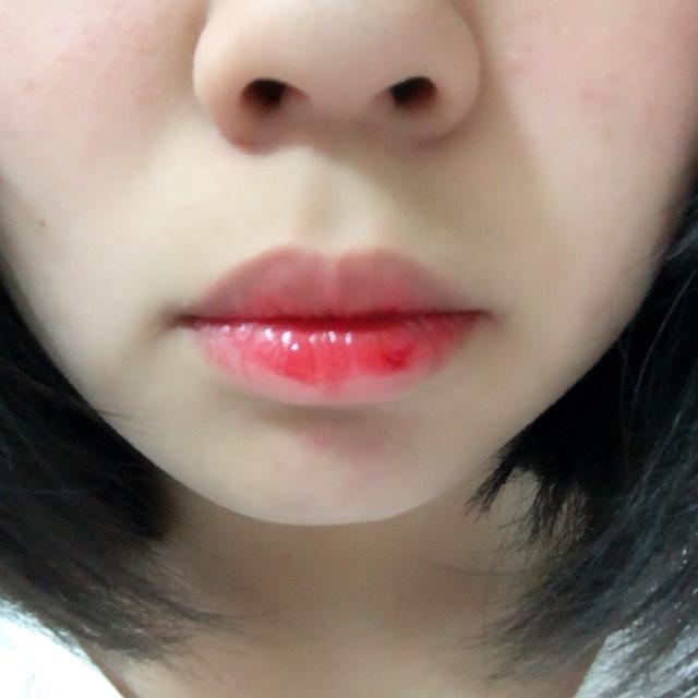 唇の中心部分に濃いめに塗ります。