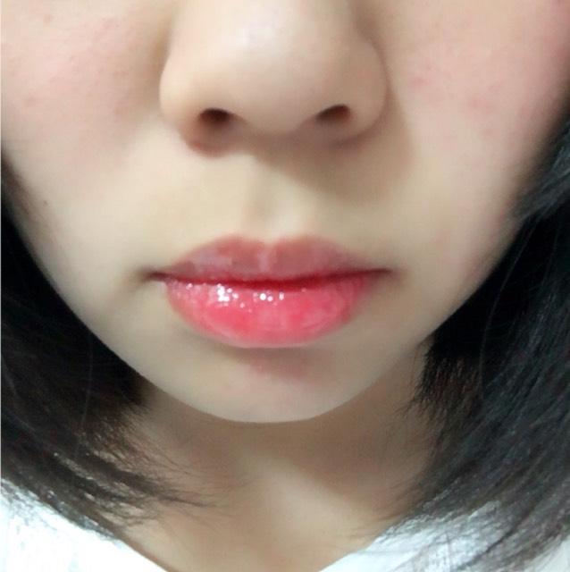 唇の中心部分にグロスを多めにのせ、周りに伸ばします。中心部分にのせることで、ぷっくりします!