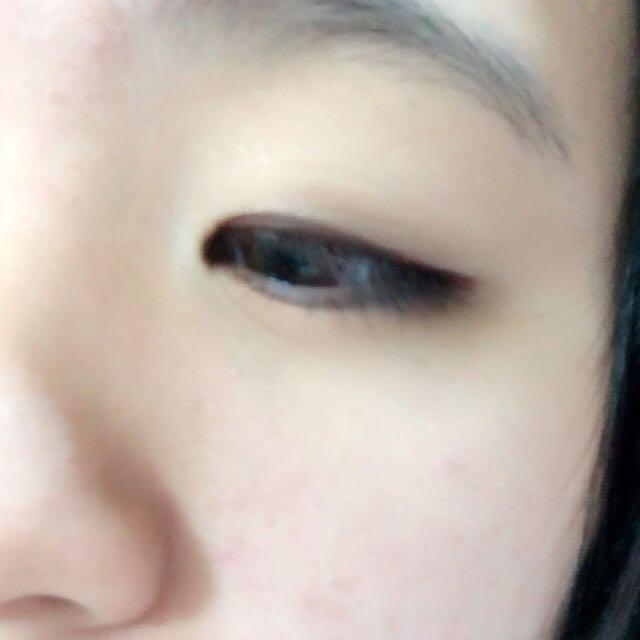 目頭から目尻のギリギリまでジェルライナーを引きます。睫毛のキワまでしっかり書くと、まつげが濃く見えます!