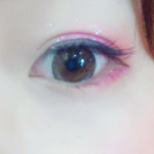 ブラシで、マジョマジョの単色シャドウピンクを、目尻側から目頭に向かって二重幅に広げます! (目頭にはあまり広げず、黒目の端くらいまで広げます!)