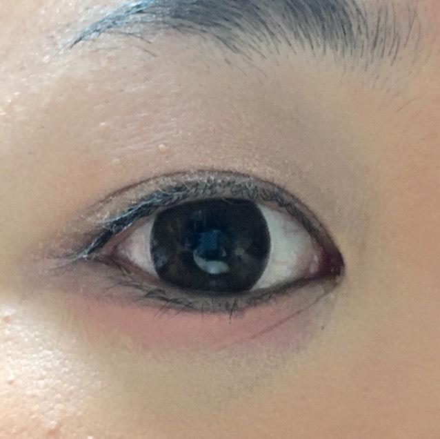 上瞼にピンクベージュ系のクリームシャドウを、下瞼にクリアな赤のクリームチークを塗る。下地感覚