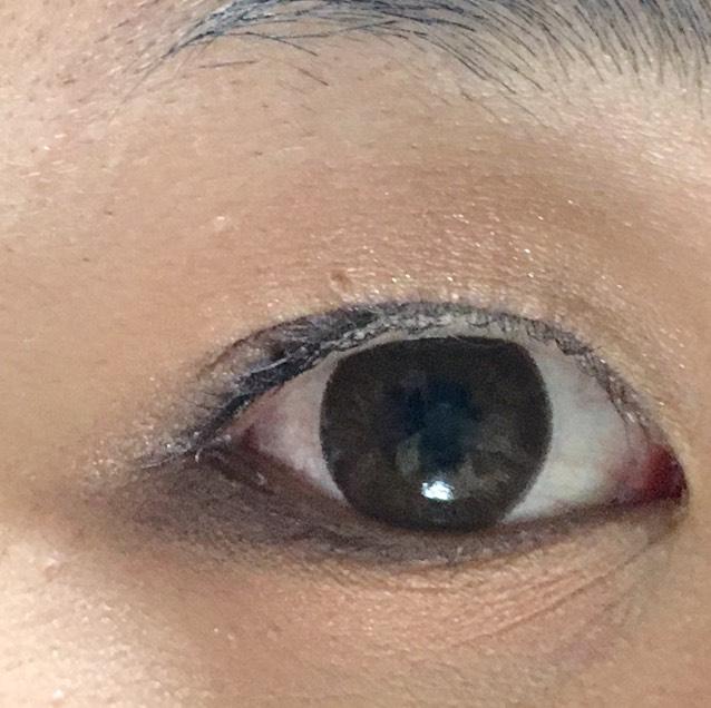 上瞼:締め色→二重幅に明るめのブラウン→アイホールに白→二重幅にピンク 下瞼:目尻に締め色→上から明るめのブラウン→目頭から白