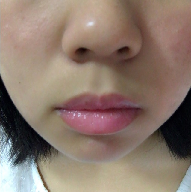 唇の形に合わせて塗ります。