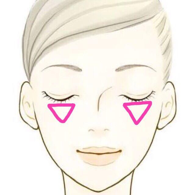 練りチークで 目の下涙袋あたりから 逆三角形のように ぽんぽんしながら 指でのせますϵ( 'Θ' )϶  その上に青みチークを 筆でふんわりのせます
