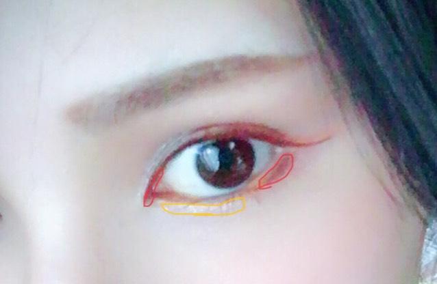 赤枠部分に細くキャンメイクブラインアイライナーで目頭は切開のように目尻は影をいれるように。 黄色の部分にジルの白をオレンジに重ねるようにのせる