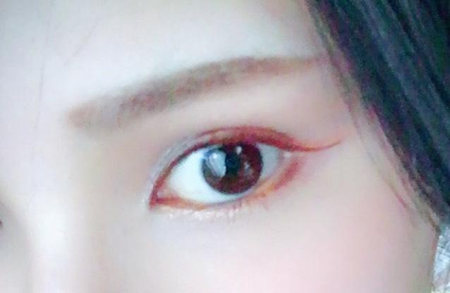 黒目の下にネイビーラインを粘膜だけ入れてアイメイクは完成☆ 眉は元々の形に合わせて。