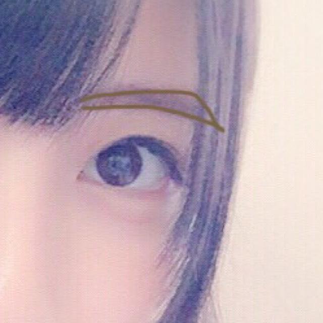 如圖所示畫上眉尾上揚的眉形。先用眉筆畫出眉形外輪廓後,接著再用眉粉填滿,最後用眉刷刷勻即可。