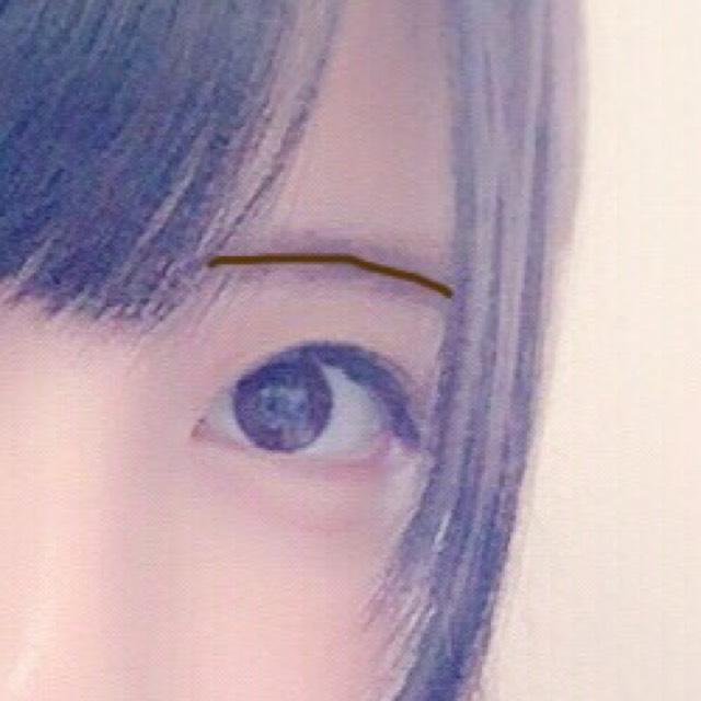 ぼかした後にペンシルで次は眉毛のど真ん中に線を書きます。 書いたらブラシでぼかします。 (環奈ちゃんの眉毛は毛並みが真ん中に集まる様になってたので...)