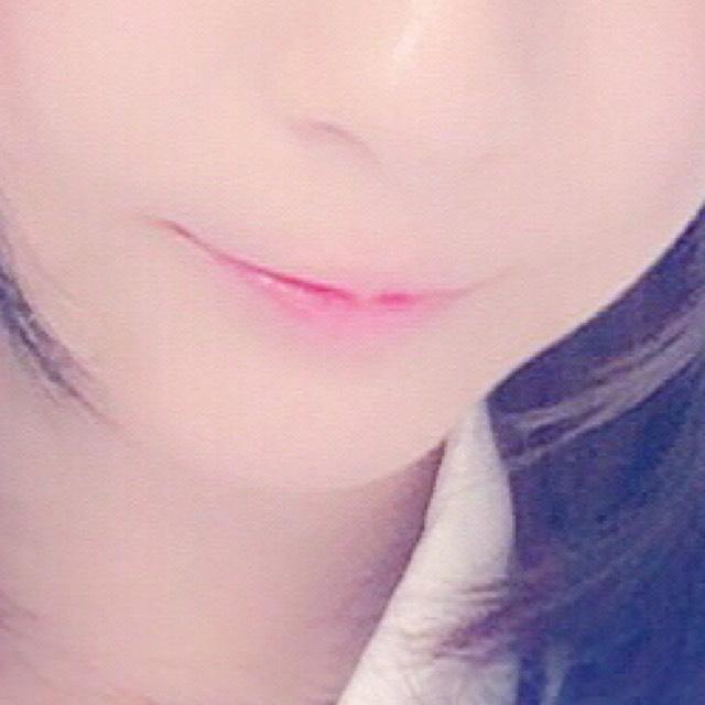 嘴唇塗上保濕護唇膏後,整體塗上「COFFRET D'OR」的唇膏,然後用手指沾一些「Chifure」的唇膏於嘴唇中央輕點推勻。