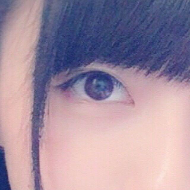 畫上細眼線,眼尾處要向上拉高。然後用眼線筆填滿眼睫毛之間的空隙,並稍微加粗黑眼珠上方的眼線,這樣會有大眼效果(之後再塗上雙眼皮膠水)。