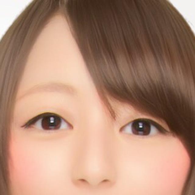 原本是這種感覺的單眼皮(好像有一條淡淡的摺線?)。