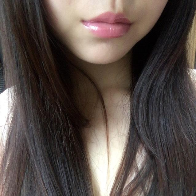 CANMAKE リップティントシロップ03アザレアピンクを唇全体に塗る