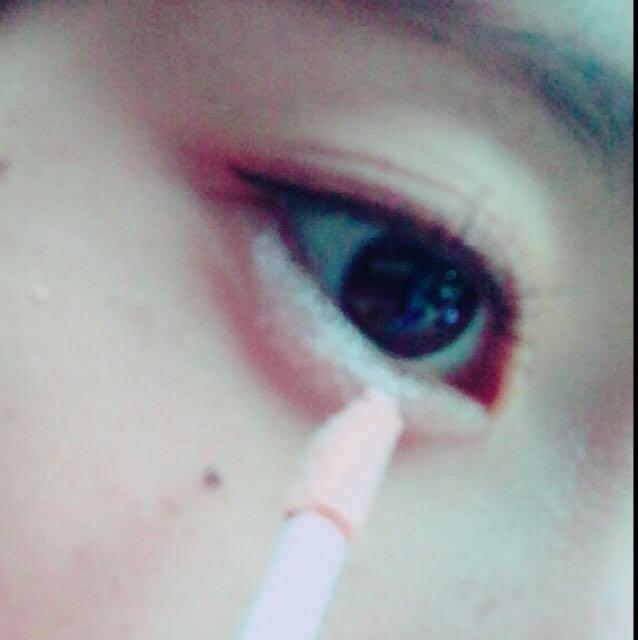 【アイシャドウ】 涙袋にはライティングリキッドアイズをのせます 点々って感じで!!