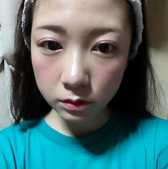 同じくSUGAOのスフレチーク&リップで唇の内側を塗り、その上から唇の輪郭に沿ってボンボンのティントグロスを塗ります