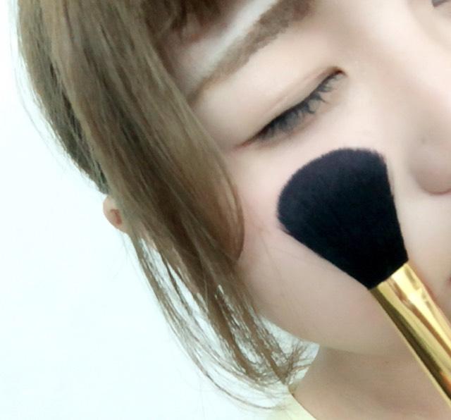 目の下の位置にブラシはこの持ち方で。  〇ポンポンと色付くまでぬります。  ×横にスライドして塗ること。色が散らばって赤ら顔になっちゃいます