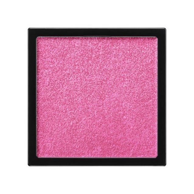 アイシャドウの仕上げはアディクションのザ・アイシャドウの99番missyoumoreを使用します。上まぶたにアイシャドウブラシを使用して、ラメを広げるようにのせます。下まぶたも涙袋にラメを載せるように広げます。上まぶたはピンクが少し分かるくらいになるように重ねます。カラーよりラメ感を意識します。