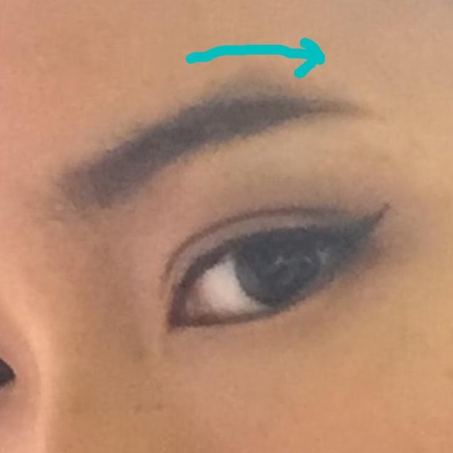 ①アリアナは下がり眉が特徴なので、眉は眉頭から眉山までは平行に、眉尻を少し下げて描く。 ※眉頭から下げてしまうと困った顔になるので注意!  ②ラインからはみ出た余分な眉をマスカラやコンシーラーで隠す。