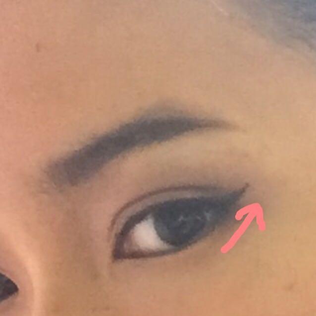 ①リキッドアイライナーで下の目のラインの延長線上にアイラインを引く。 ②眉頭から黒目の下まで茶色のジェルライナーで下の粘膜を埋める。