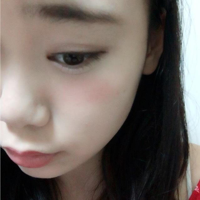 Tゾーンと目の周り顎にハイライト チークは赤で目の下に濃いめに入れます