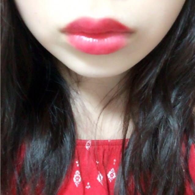 リップは濃いピンク系か赤を塗ります ぽってりした唇にします