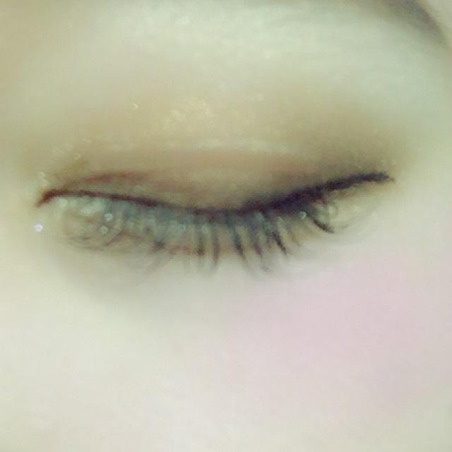 二重幅に濃い目のブラウン した目尻にも