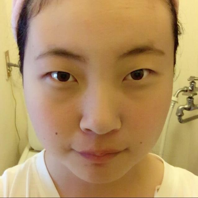 眉毛をパウダーのみで整えて、その後ファンデのパウダーで顔全体にぱふぱふします