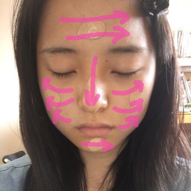 5点置きしたファンデーションをファンデーションブラシで画像の線にそって入れていきます 頬はリフトアップしている感覚で下から上に。 顔全体に馴染んだらスポンジで軽くポンポンすると肌に透明感がでます。
