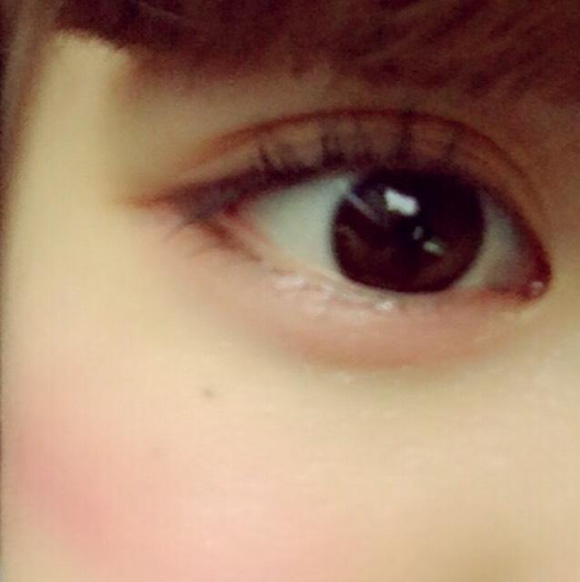 瞼全体をゴールドにシャドウを塗る (指で塗ると綺麗なグラデーションが作れます!)