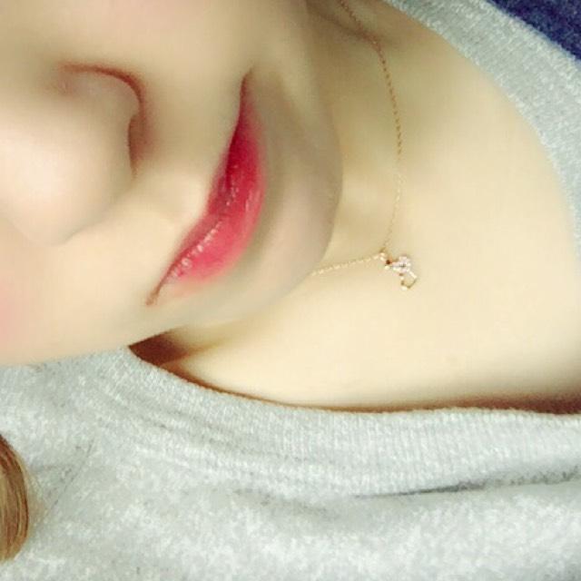 リップは赤のティントを唇の内側に塗り唇を擦り合わせて馴染ませる その上に赤のグロスを塗ると綺麗な唇になります!