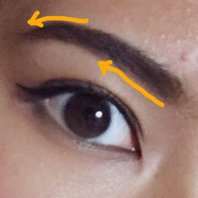 ①眉と目の距離を近づけるために、眉頭の下の部分にアイブロウペンシルでラインを引く。眉尻は緩いカーブを描くようにするとgood! ②眉の隙間を埋めるようにパウダーをのせる,