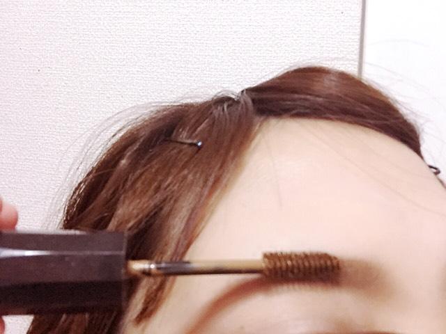 最後にちょっとの眉毛しかありませんがアイブロウをすることが大事。毛の流れに逆らってのせていきます。
