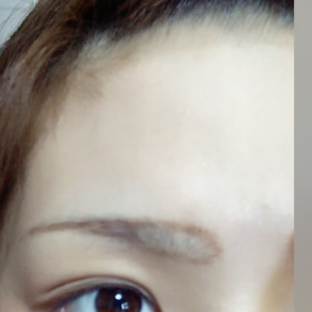 眉毛は、まずしたい形に、縁取りします。