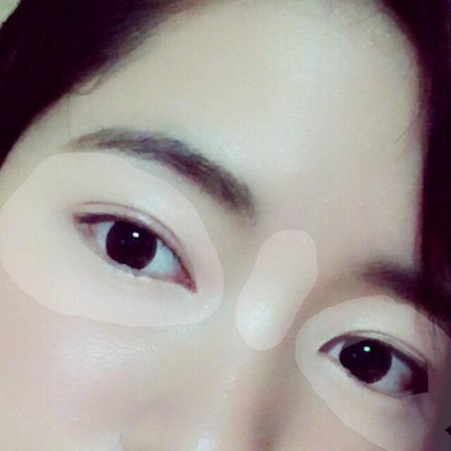 ハイライトです! ダイソーのハイライトを鼻筋、目の周りにたっぷり塗ります。 この部分を明るくすると、自撮りの技法の一つであるキャッチアイが際立って見えます。 涙袋にもたっぷりと!