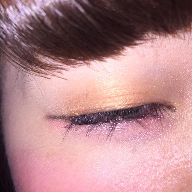 瞼全体にゴールドのアイシャドウを塗る (指で塗るとグラデーションが作れます)