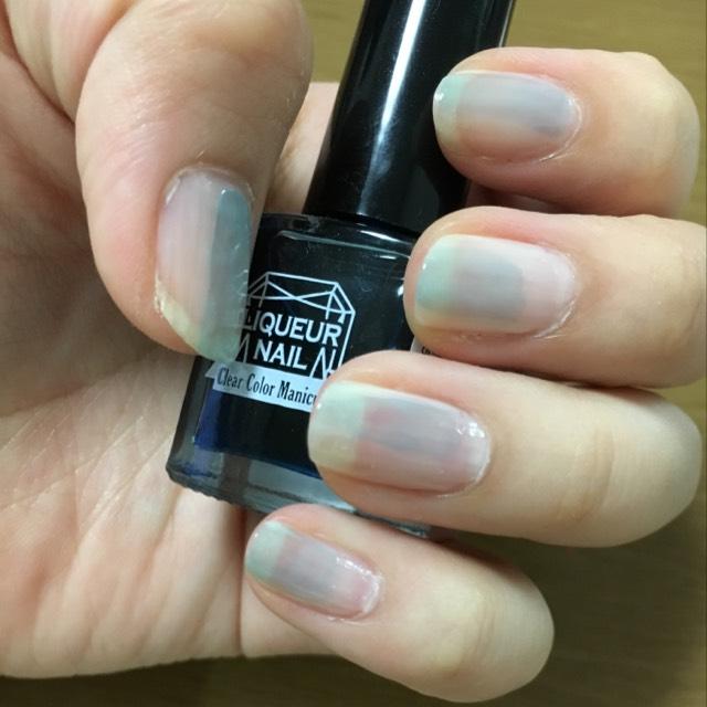 次に、キャンドゥーのリキッドネイルシリーズのフローズンを使って、好きなところに適当に塗っていきます。