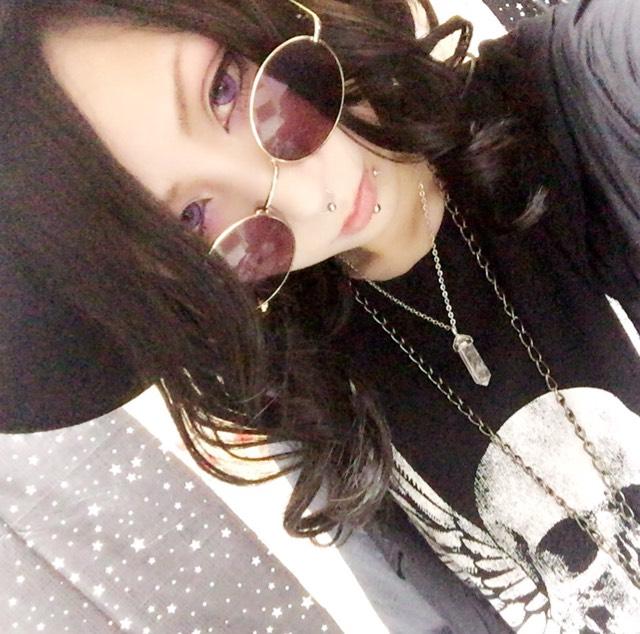紫カラコンと黒髪